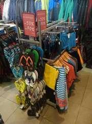 Розпродаємо торгове обладнання (стелажі та стійки) під одяг або взуття